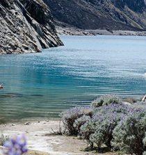 La Laguna Parón se encuentra aproximadamente a dos horas a lo largo de un camino de tierra desde la tranquila ciudad de Caraz, en Áncash