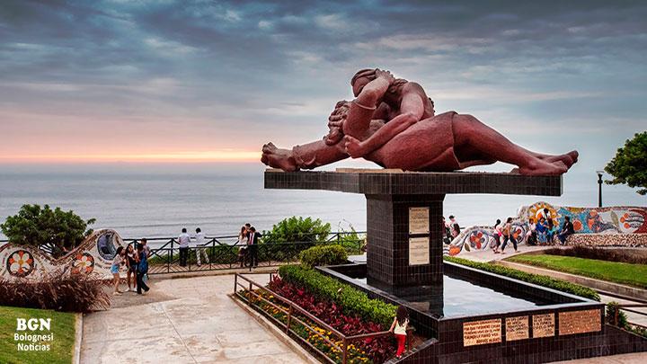 Atractivo turístico del Perú, frente al mar de Lima