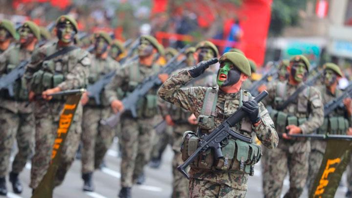 Tradicional desfile militar por las Fiestas Patrias de Perú