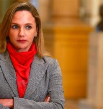Dictan impedimento de salida a Luciana León