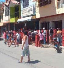 Forman grandes colas para comprar cerveza en Piura pese a cuarentena