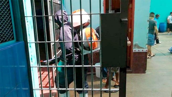desinfectan penal de Chimbote